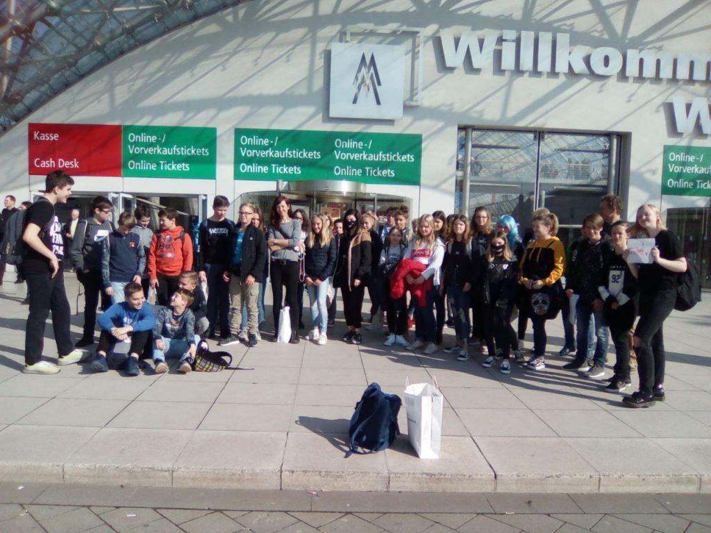 Gruppenfoto vor dem Eingang der Buchmesse 2019